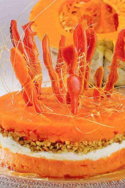 Balkabağı pastası (6-8 kişilik)  Pişirme süresi: 30 dakika  Hazırlama süresi: 20 dakika  Dondurma süresi: Minimum 2 saat  Malzemeler:  1 kg soyulmuş bal kabağı  3 1/2/ 500 g toz şeker  1 paket/5 g vanilya  1 çay kaşığı tarçın  1 paket/ 200 g kaymak  3 yemek kaşığı krema  2 ölçü/ 180 g ceviz  Hazırlanışı: Soyulmuş, doğranmış balkabağı, toz şeker ve vanilya ile birlikte orta ateşte kapağı kapalı olarak, yaklaşık 30 dakika, kabaklar yumuşayana kadar pişirilir. Pişen kabaklar daha sonra ezilir ve soğumaya bırakılır. Altı çıkan bir kek kalıbı, pastanın hazırlanacağı tabağa altsız olarak konur. (Sadece çemberi) Ezilmiş kabağın yarısı kalıba yerleştirilir. Ortaya önce krema ile karıştırılmış kaymak, sonra iri çekilmiş ceviz konur. Balkabağı püresinin kalanı ilave edilerek buzluğa kaldırılır.   Buzlukta en az 2 saat bekletilir. Servisten 10-15 dakika önce buzluktan alınır, çember servisten hemen önce çıkartılır. Üzerine çekilmiş ceviz serpilerek servis yapılır. Arzu edilirse balkabağı pastasının üzeri kara mel çubuklar ile süslenir ve karamel sos ile servis edilir