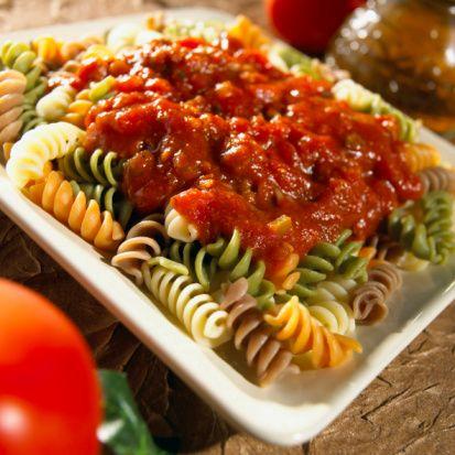 Napoliten Sos   Malzemeler:  3/4 su bardağı domates salçası  1/2 çorba kaşığı toz şeker  1/4 kahve fincanı un  3 su bardağı et suyu  100 gr margarin  2 baş soğan  Tuz  Yapılışı: Soğanı ince ince doğrayın, yağ ve yeterli miktarda tuz ile birlikte tencereye koyup, orta ateşte soğanlar iyice pembeleşinceye dek kavurun. Sonra un ilave edin ve 3-4 dakika unla birlikte karıştırıp, kavurduktan sonra et suyunu ekleyin. Tencerenin kapağını örtüp yarım saat kadar pişirin. Pişince, süzgeçten geçirin ve soğan posasını atın. Süzdüğünüz malzemeyi şekerle birlikte boza kıvamına gelinceye dek, tencerenin kapağını kapatmadan kaynatın. Karışım kıvama geldiğinde domates salçasını ilave edin, bir defa karıştırın ve ateşten alın.