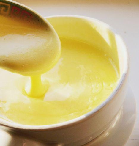 Hollandez Sos   Malzemeler:  10 adet ezilmiş tane karabiber  1 çorba kaşığı ince kıyılmış soğan  1 kahve fincanı sirke  2 çorba kaşığı su  4 yumurta sarısı  500 gr eritilmiş suyu alınmış tereyağı  ¼ tatlı kaşığı tuz  ½ limonun suyu  Yapılışı: Soğanı, karabiberi ve sirkeyi ağır ateşte, sirke dibinde az bir miktar kalıncaya kadar kaynatın. İlk sıcaklığı geçince içine su, tuz, limon suyu ve yumurta sarısını ekleyin.  Çırpma teli ile dikkatlice ve devamlı karıştırın; yumurta iyice kabarıp koyulaşmalı ama pişmemelidir.   Yumurta parçaları top top kalmalı, kaybolmamalıdır.  Sonra tereyağını ip gibi akıtarak yumurtaya karıştırın, yedirin. İnce süzgeçten geçirip kullanın. Sos kesilirse bir kapta biraz suya azar azar yedirin. Sos çok koyulaşmasın, sonra kesilir. Yağ ılık olmalıdır, soğuk olursa sos kesilir. Ayrıca ılık yerde korunmalıdır yoksa sos kesilebilir.