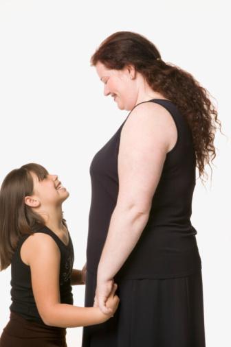KİLOLARIM, GENLERİMDEN GELİYOR Ailece kiloluysanız, kilo vermek sizin için sadece fizyolojik yönden yük olmaz, aynı zamanda psikolojik olarak da bu dönemden fazlasıyla etkilenirsiniz. Ama bu durum, sizin hiç kilo veremeyeceğinizi göstermez. Ailenizde kalıtsal olarak gelişen bir şişmanlık söz konusu olsa da, siz sağlıklı bir diyet programıyla ve düzenli egzersizlerle kilolarınıza veda edebilirsiniz.  Şanssızlığınız, kalıtsal mirasınızın yanı sıra bünyenizin, küçük yaşınızdan itibaren büyük porsiyonlara, kilo yapan kalorisi yüksek yiyeceklere alışık olmasıdır. Ancak doğru ve programlı bir diyet ile bütün bu sorunlardan kolayca kurtulabilirsiniz.