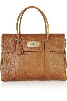 Tote Elde tutulan (boyna asılmayan) büyük kadın çantası. Kitaptan bilgisayara tüm günlük eşyalarını yanında taşımak isteyen kadınlar için geliştirilen bu çanta modeli adını, 1900'lerin başına kadar çantayı tanımlamak için kullanılan ve 'taşımak' anlamına gelen tote kelimesinden alıyor. Birçoğu içinde fermuarlarla ayrılan özel gözler de barındırıyor. Genellikle deri, keten, kanvas ve naylon materyaller kullanılarak üretiliyor. Bazı doğa dostu alışveriş torbaları da yine bu modele sahip.