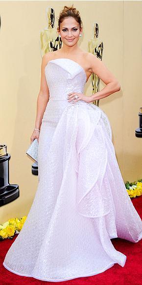 Bu yıl gerçekleştirilen Oscar Ödülleri Töreni'ne Jennifer Lopez, bu uçuk pembe Emporio Armani Privé tuvaletle katıldı.