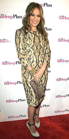 Monique Lhiliuer elbisesiyle Lopez vahşi yönünü gözler önüne seriyor.