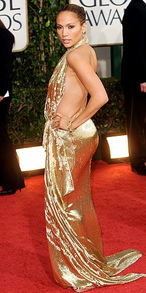 Jennifer Lopez altın renkli Marchesa tuvaletiyle çok seksi görünüyor.