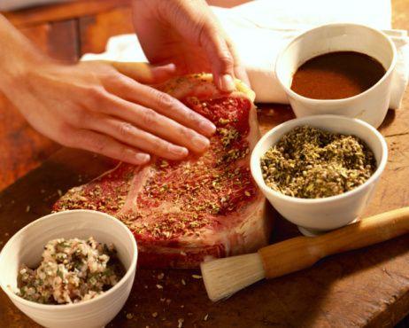 Et terbiye edilmiş olsun veya olmasın, pişirirken etin kurutulmaması gerekir. Yani etin kendi suyunu içerisinde tutması gerekir.   Etin suyunu kendi bünyesinde tutmak çok kolay. Yapılması gereken kullandığımız mangal, elektrikli ızgara, ızgara tavası veya benzeri aletleri çok iyi ısıttıktan sonra etleri pişirmeye başlamalıyız.   Eti ızgara üzerine yaydığımızda, et yüzeyinde ızgara izlerinin çıkması ile birlikte, eti diğer yüzeyi üzerine döndürmemiz gerekir. Aynı izlerin ikinci yüzeyinde oluşmasıyla etin mühürlenmesi yani, et suyunun kendi içerisinde hapsedilmesi işlemi gerçekleşmiş olur.   Etin pişirilmesi için bundan sonrası tamamen kendi damak zevkinize kalmış; eti az, orta, çok pişmiş olarak dilediğiniz gibi pişirebilirsiniz.  Sizlere vereceğimiz tariflerde tüm malzemeleri karıştırın. Derin bir cam kapta, etinizi bu karışımla iyice harmanlayın. Üzeini strech film ile kapatıp buzdolabında 3-4 saat dinlendirin.