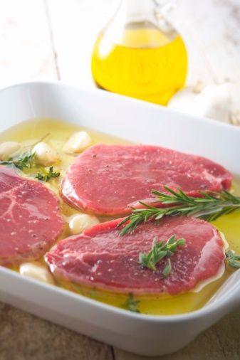 Biftek parçaları için marinat  Malzemeler:  500 gr biftek -5 parça  1 Türk kahve fincanı zeytinyağı  1 adet orta boy soğanın suyu  1 yemek kaşığı yoğurt  1 yemek kaşığı biber salçası  1 diş sarımsak  1 çay kaşığı tuz