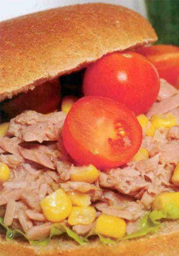 Ton balıklı sandviç  Malzemeler:  En küçük boy ton balığı  1 kaşık mısır  ½ limon  1 yaprak yeşillik  3 adet kiraz domates  Kepekli sandviç ekmeği  Hazırlanışı: Ton balığının yağını süzdükten sonra limon ve mısır ile karıştırın. Kepek ekmeğini ikiye bölün ve içine yeşilliği yerleştirin. Yeşilliğin üstüne ton balığı karışımını, kiraz domatesleri ikiye bölerek üzerine ekleyin ve servis edin.