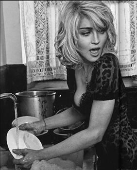 Madonna  Kabul edelim, bu dünyada, onun gibi bir yıldızın hayatına özenen binlerce; belki de milyonlarca kadın var. Şöhretli, çekici, güçlü, paralı, çılgın, eğlenceli bir kadına olan büyük hayranlığı, anlamak mümkün; ancak bu devirde,
