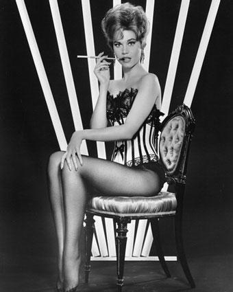 Jane Fonda 10 parmağında 10 marifet kadınlardan biri, Jane Fonda; 1960 ve 1970'li yıllarda oynadığı filmlerle, dönemin erkeklerini kendine hayran bırakıyordu. Bununla beraber, güzelliğiyle baş döndürmesinin yanında, inandığı değerler için mücadele eden bir görüntü sergiliyordu: Vietnam Savaşı'na karşı çıktı, kadın hakları için eylemlere katıldı ve politik bir duruşa sahip olmayı, beyaz perdede hayali karakterlere hayat vermeye tercih etti. 2005 yılında sinemaya geri dönmeye karar verdiğinde, hayranları çok sevindi; çünkü herkes, onu çok özlemişti.