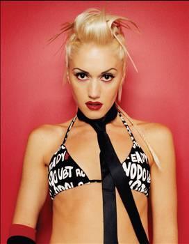 Gwen Stefani No Doubt grubunun solisti Gwen Stefani, pembe saçları, abartılı makyajıyla grubun en çok öne çıkan üyesiydi. Kendisi gibi müzisyen olan sevgilileriyle gününü gün eden, boş zamanlarında da grubuyla turnelere çıkan bu minyon kadın, kısa zamanda herkesin sevgilisi hâline geldi. Kimileri tarafından seksi ve tahrik edici kimileri tarafından da rüküş ve itici bulunan Stefani, geçen zaman içinde o çılgın yaşamını geride bırakıp evlendi, çoluk çocuğa karıştı. Ancak bu durum, arada sırada yaramazlıklar yapmasına, asi kız ruhunu çöpe atmasına neden olmuyor tabii.