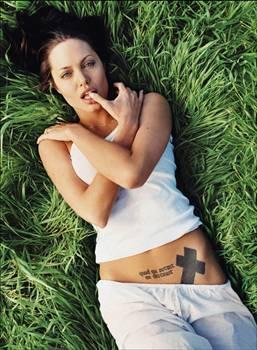 Angelina Jolie Brad Pitt'le olan evliliği doğurduğu ve evlat edindiği çocuklarıyla hemen her gün medyada kendisinden bahsedilen Angelina Jolie, 20'li yaşlarına göre çok daha sakin bir hayat sürüyor. Gençlik yıllarında, partiden partiye koşan, uyuşturucu kullanan Jolie; Pitt ile olan evliliği sayesinde, geçmişe sünger çektiğini ifade ediyor. Yalnız ve mutsuz geçen çocukluk yıllarının ardından kalabalık bir aileye sahip olmanın kendisi için bir çeşit terapi olduğunu belirten Jolie, ailesi için her şeyi göze aldığı sürece işlerin yolunda gideceğine inanıyor.