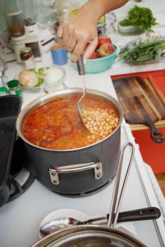 Lezzetli yemekler için 9 altın öneri  Kuru fasulye pişirirken Kuru fasulyelerin dağılmadan pişmesini istiyorsanız tuzu, salçayı ya da domatesleri fasulyeler yarı piştikten sonra tencereye koyun.