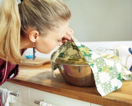 Lezzetli yemekler için 9 altın öneri  Kek yaparken Fırından çıkan keki 15 dakika ıslak bez üzerinde bekletirseniz, bıçağı kekin çevresinde dolaştırdıktan sonra kalıbından çıkarmanız kolaylaşır.