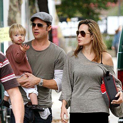 Pitt ve Jolie çiftinin yakın bir arkadaşına göre Maddox anne ve babasının resmi olarak karı- koca olmadığını anlayacak yaşa geldi... Ve uzun bir süredir Jolie ile Pitt'e evlenmeleri için neredeyse yalvarıyor... Maddox'ın bu tavrı çiftin kızları Zahara ve Shiloh'u da etkiliyor.