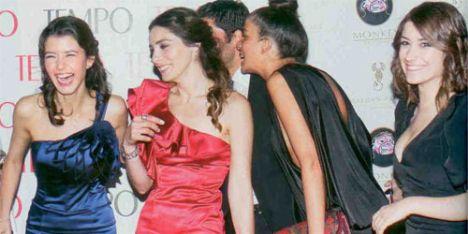 Aşk-ı Memnu dizisinin oyuncuları tam kadro ödül törenindeydiler. Beren Saat, Nur Aysan ve Hazal Kaya gecede şıklıklarıyla göz doldurdular.