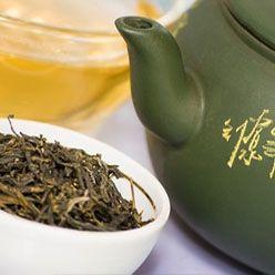 Her derde deva:Yeşil çay Yeşil çay, adeta antioksidanların bir kokteylini sunuyor. Araştırmalar, cilt kanserinden koruduğunu, güneşin yarattığı tahribatı azalttığını ve lekeleri tedavi edebildiğini gösteriyor. Peki, kırışıklık, sarkma gibi yaşlanma belirtilerine karşı da kullanılabiliyor mu? Deneyler, yeşil çaydaki polifenolün, yaşlanmayı yavaşlatmak için de ümit olabileceğini gösteriyor. İçeriğinde bu bitki olan kozmetik ürünleri kullanmanın yanı sıra, çay olarak içmek de cilt için faydalı. Eğer kendi yeşil çay kozmetiğinizi yapmak isterseniz, işte size harika bir tonik tarifi: Demlediğiniz yeşil çayı buz kalıplarında dondurarak buz küpleri haline getirin. Ancak buzdolabından çıkarır çıkarmaz değil, birkaç dakika sonra cildinize uygulayın ki, buz yanıkları oluşmasın.