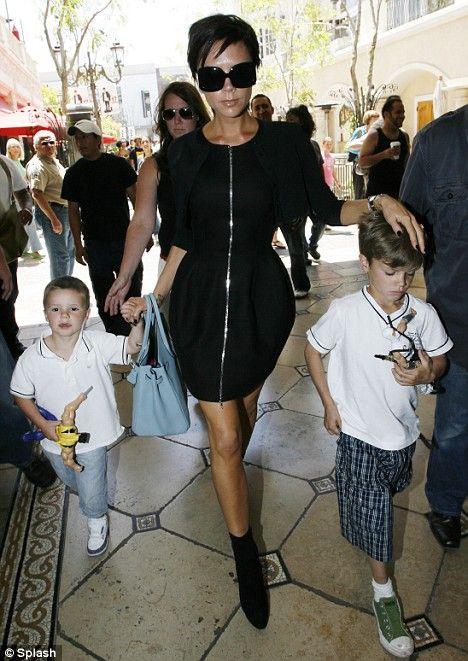 """Spice Girls grubu üyeliğinden, kendi adını taşıyan markasıyla moda dünyasına adım atan ve tasarımlarıyla birçok yıldızı giydiren stil ikonu Victoria Beckham, futbol yıldızı David Beckham'dan olan çocukları Romeo, Brooklyn ve Cruz'un adeta üzerine titriyor. """"Üç oğlumda birbirinden çok farklı. Brooklyn ergenliğe girmek üzere o yüzden şu sıralar kendiyle meşgul. Romeo tam bir moda tutkunu, kendine has bir stili var. Cruz ise bulduğu her fırsatta 'break dance' yapıyor."""""""