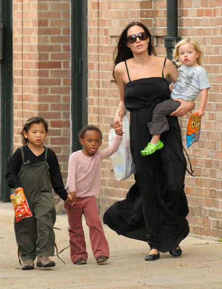 """""""Anne olmayı çok seviyorum."""" diyen Angelina Jolie, Hollywood'un en fazla çocuk sahibi olan yıldızlarından biri... Üç biyolojik, üç evlatlık olmak üzere Maddox, Pax, Zahara, Shiloh, Knox ve Vivienne olmak üzere 6 çocuğu var. Çocuklarını yalnız bırakmamak adına Brad Pitt'le aynı dönemde film çekmemeye özen gösteriyor Jolie..."""" Anne olmak hayatta yaptığım en iyi ve en eğlenceli şey. Daha sabırlı bir insan oldum. Çocuklarımla birlikte kendimi tam anlamıyla hem kadın hem de çocuk gibi hissetmeye başladım."""""""