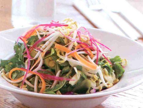 Farklı tariflerle hafiflemenin yolları  Detoks salata (1 kişilik) Malzemeler: 100 gr ıspanak 100 gr roka 5 gr mercimek filizi 5 gr ayçekirdeği filizi 5 gr salatalık 10 gr kırmızı lahana 10 gr beyaz lahana 25 gr maydanoz 10 gr yağ ve limon karışımı  Hazırlanışı: Yeşillikleri elinizle küçük parçalara ayırın. Geri kalan malzemeleri küçük parçalar halinde doğrayın. Tümünü iyice karıştırıp, yağ ve limon sosunu ekleyerek servis yapın.
