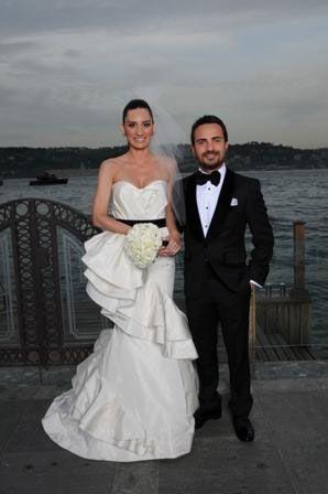 Merve Kotil, siyah kuşak detaylı Oscar de la Renta imzalı gelinliğiyle, Moris Kohen de Ceyda Balaban imzalı damatlığıyla düğünlerinde göz kamaştırdılar.