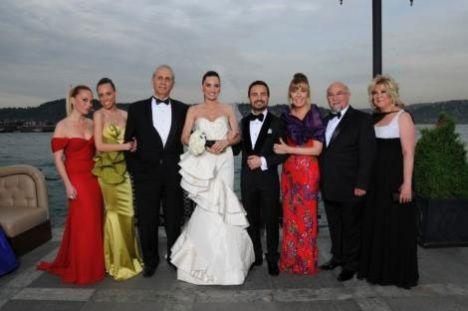 Merve Kotil- Moris Kohen çifti aileleriyle birlikte objektife poz verirken...