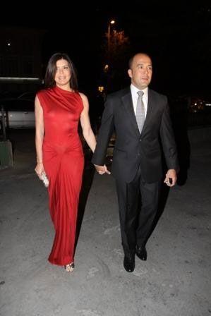 Sevgilisi Burak Uyguner'le düğüne katılan Nil Bentürk, Christian Dior imzalı kırmızı tuvaleti ve kendi tasarımı olan BN marka clutchıyla...