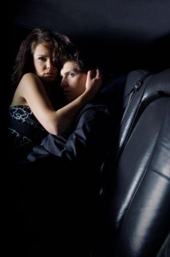 ARABA  Avantajı: Kendinize ait bir alanın rahatlığı.  Dezavantajı: Vites kolu, el freni, direksiyon gibi akrobasi yapmanıza neden olacak araba aksesuarları.    TAVSİYELER:  • Ön koltukta başlayıp, ön sevişmeden sonra daha rahat hareket edebileceğiniz arka koltuğa geçebilirsiniz.  • O araba kullanırken oral seks yaparak, onu gerçek sürüş keyfiyle tanıştırabilirsiniz, ama kaza yaptıracak kadar değil tabii!  • Camların kapalı olması, seslerinizin çevreden dikkat çekmesini engeller.