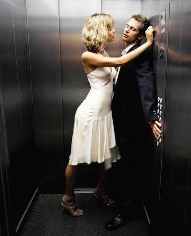ASANSÖR  Avantajı: Eğer evinize çıkan asansörse, asansörde ateşlenen bu kıvılcım, evinizde de unutulmaz bir gece yaşamanızı sağlayacaktır.   Dezavantajı: Klostrofobisi olan bir partnerle denemeye kalkmayın; fanteziniz kabusa dönüşebilir!  TAVSİYELER:   • Sadece oral seks denemek bile bu heyecanı yaşamanızı sağlayabilir, hem de ani bir durumda toparlanmanızı kolaylaştıracaktır.   • Etek giymiş olmak, hatta iç çamaşırınızın olmaması, emin olun, hızınıza hız katar.  • Aman plazaların asansörlerine dikkat! Kamera var mı, kontrol edin.