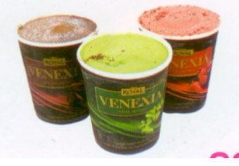 Ülker Golf Venexia Çilek Parçalı Sorbe Çilek püresi ve parçaları ile bitter çikolata parçaları içeren kutular, 435 gramlık paketler halinde satışa sunuluyor.  100 gr'da Enerji: 172 kcal. Yağ: 6.3 gr. Protein: 1.9 gr.