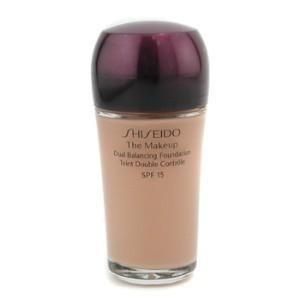 """Yağsız fondöten Shiseido, Dual Balancing Foundation Spf 15  Naz Elmas ve Demet Evgar gibi ünlü isimlere de makyaj yapan Hamiye Akpmar, cildin kuru bölgelerine nem veren fakat yağlı bölgeleri matlaştıran bu ürünü tercih ediyor. """"İnce dokusu ve uzun süre dayanması nedeniyle çekimlerde çok sık kullanıyorum,"""" diyor Akpınar. 30 ml, 99 TL"""