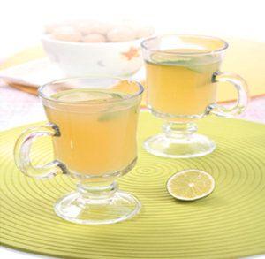 Zencefilli Çay Malzemeler: 1,5 litre su 1 demet maydanoz 1 dal kabuklu tarçın 1 tatlı kaşığı toz zencefil veya ceviz büyüklüğünde taze zencefil (rendelenmiş olmalı) 1 yeşil elma kabuklu olarak dörde bölünmeli  Yapılışı:  Hep beraber kaynatıp süzüldükten sonra içine limon suyu, 6 – 7 adet taze nane yaprağı ve 1 tatlı kaşığı bal eklenmelidir. Gün boyu soğuk veya sıcak içilebilir.