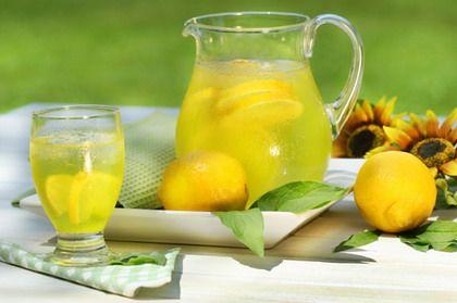 Naneli Limonata Malzemeler: 2 adet limon kabuğu rendesi 3 adet limonun suyu 2 cl limon şurubu 3 yemek kaşığı tozşeker  Nane Buz Süslemek için limon dilimleri 1 su bardağı su  Yapılışı:  Limon kabuğu rendesi, limon şurubu ve şekeri bir kapta iyice karıştırın; limon suyunu ve suyu üzerine dökün. 15 dk kadar bekletin ve süzün. Karışımı 2 servis bardağına bölüştürün. Üzerlerine limon dilimi ve nane koyun, buz atın, bir kaşıkla karıştırın. Soğuk servis yapın.