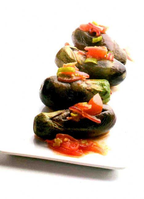 Zeytinyağlı baby patlıcan Malzemeler 6 adet baby patlıcan 1 tatlı kaşığı domates salçası 1 su bardağı su 1 adet soğan, ince doğranmış 1 adet domates, doğranmış 1 adet sarımsak, ince kıyılmış 2 adet sivribiber, ince kıyılmış Ayçiçeği yağı  Yapılışı: Fırını 200 derece ısıtın. Bir tavada patlıcanları az yağda biraz kızartın. Başka bir tavaya az yağ koyun, soğan, sarımsak, biberleri, ardından domatesleri fazla pişirmeden soteleyin. Isıya dayanıklı cam bir tabağa patlıcanları dizin. Ortasını yarın ve karışımları tüm patlıcanlara bölüştürün. Bir kapta bir su bardağı suda salçayı eritin. Patlıcanların üzerinde gezdirerek dökün. Isıtılmış fırında 15 dakika kadar pişirin. Ilık veya soğuk servis yapın.
