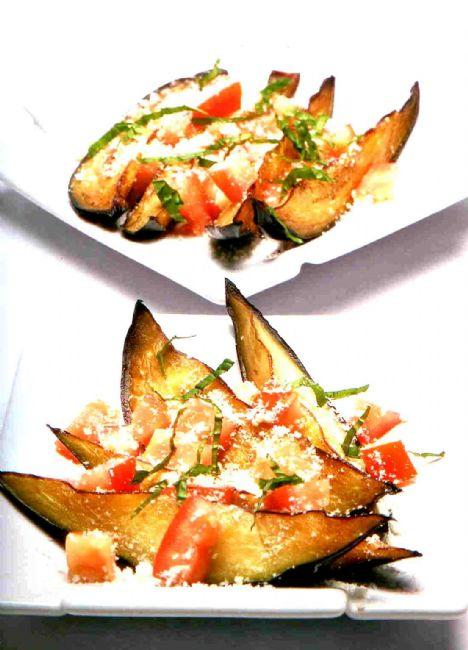 Parmesanlı patlıcan dilimleri Malzemeler 2 adet bostan patlıcan, soyulmamış 2 adet domates, ince küp küp kesilmiş Toz parmesan Taze nane, ince dilimlenmiş 3 yemek kaşığı zeytinyağı  Yapılışı:  Patlıcanları uzunlamasına kesin. Patlıcan dilimlerine fırçayla zeytinyağı sürün ve kızgın tavada veya ızgarada kızartın. Kızarttığınız patlıcanın üzerine domates ve kıyılmış naneyi serpiştirin. Toz parmesanla servis yapın.