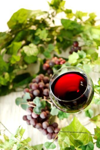 HUZURA KAVUŞUN Şarap: Akşam yemekleriyle birlikte bir ya da iki kadeh şarap tüketmek en büyük keyiflerinizden. .. Bunun için o kadar da suçluluk hissetmenize gerek yok. İçerdiği bağışıklık sistemi güçlendirici antioksidanlar bir yana, şarap en güçlü antidepresanlardan biridir. Bir kadeh şarap merkezi sinir sistemini kısa süre içinde yatıştırıyor ve tansiyonu düşürüyor. Tabii, tüm bunlara sığınıp ölçüyü kaçırmanın büyük bir hata olacağını da vurgulayalım.