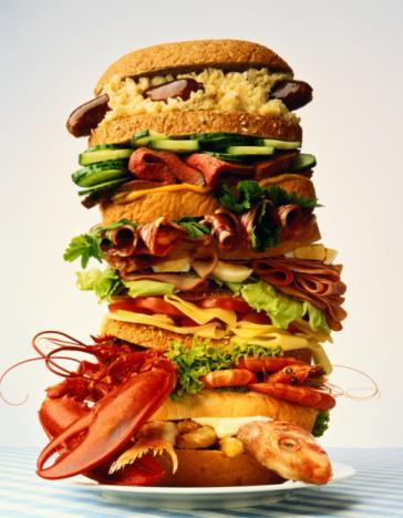 İyi halin düşmanları Sundukları mutluluk son derece kısa ve geçici olan bu besinleri tanıyın ve diyetinizi düzenleyin.   BÜYÜK PORSİYONLAR Ortalama bin kalori ve üzeri değerdeki öğle yemekleri, öğleden sonra sabaha kıyasla çok daha düşük bir performans (evet, hem zihinsel hem de fiziksel kapasitenizde) sergilemenize yol açabilir. Bunun sebebinin, kan dolaşımının sindirim nedeniyle midenizde yoğunlaşması olduğunu yukarıdaki satırlarda açıklamıştık. Sağlıklı beslenmenin yanı sıra, performansınızdan da vazgeçmek istemiyorsanız, 400-600 kalori arası ana öğünlerden ve 200-300 kalorilik ara öğünlerden asla vazgeçmeyin.