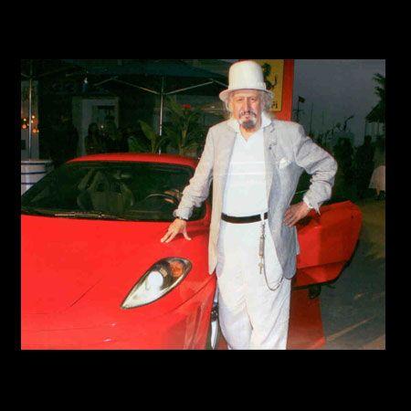 Yakın arkadaşı Rahmi Koç, 83. yaşını kutlayan Ertekin Dinçay'a Ferrari F430 hediye etti. Dinçay, basın mensuplarına yeni arabasıyla poz verdi.
