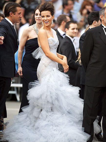 Kate Beckinsale  Festivalden bir Kate Beckinsale fotoğrafı daha. Güzel yıldız bu kez Marchesa giyiyor.