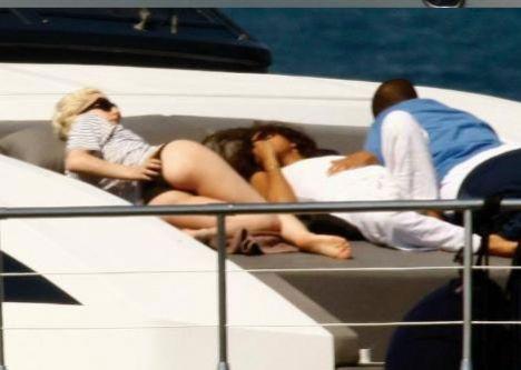 Fransa'nın St. Tropez kıyılarından yatla denize açılan Lady Gaga'ya kimliği bilinmeyen esmer bir kadın eşlik etti.