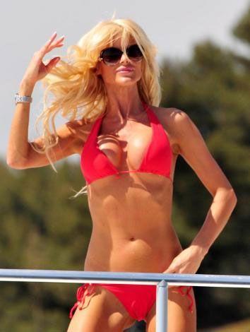 Kırmızı bikinisini giyip Cannes kıyılarında güneşlenen ve denize giren güzel manken paparazzilere de bol bol malzeme verdi..