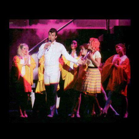 Kıvanç Tatlıtuğ, konuk oyuncu olarak katıldığı Grease Müzikali'nde hayranlarının yoğun ilgisiyle karşılaştı.
