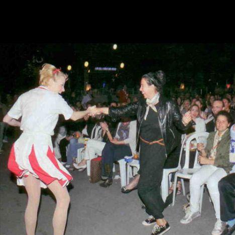 Müzikali ön sırada izleyen Sema Türkeş'i oyunculardan biri dansa kaldırdı.