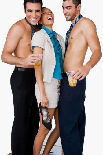 İLİŞKİ BİTİREN YALANLAR  Ne yaparsanız yapın, bunları söylemeyin!  Üçlü deneyebilirim: Eğer toplu seks düşüncesine, üçlü ilişkilere veya rahat beraberliklere karşıysanız, bunun aksini asla iddia etmeyin. Erkeğinizi etkilemek için seks konusunda maceracı bir kadın gibi davranmanız çok ciddi riskler içerebilir.  Özür dilerim: Çoğu kadın gibi, bir kavgadan sonra kendinizi suçlu hissetmeseniz bile özür dilemeye çalışmayın. Devamlı özür dilemeniz, onun sizi avucunda hissetmesine sebep olur ve kimse bir paspasla beraber olmak istemez.  Sürekli prezervatif kullandım: Geçmişte hiç korunmamış olduğunuz gerçeğini saklamanız ileride çok tehlikeli sonuçlara sebep olabilir. Ona cinsel yolla bulaşan hastalıklar bulaştırdığınız için size teşekkür etmeyecektir.