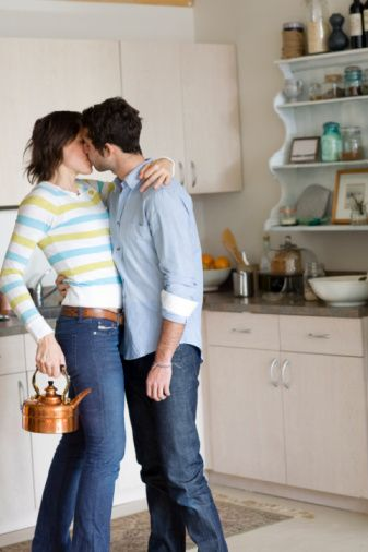 """YALAN 3  Problemlerle kendim baş edebilirim!  Yaşadığınız """"duygusal sıkıntıları paylaşmanız bir noktaya kadar iyi olabilir. Ama bu konuya fazla yüklenmek sevgilinize aşırı gelebilir. 26 yaşındaki Aslı bu konuda oldukça dertli: """"Geçen yıl ofiste çok sıkıntılı günler geçirdim. Bu konuda bir şeyler yapmak yerine, her akşam erkek arkadaşımın başının etini yedim ve bunun onu nasıl etkilediğinin farkına bile varmadım. Bir gün, mutsuz olmama anlayış gösterebileceğini ama mızmız bir insan haline gelmemden hiç hoşlanmadığını söyledi. O gün, bazı şeyleri anlatarak onun bana bakış açısını değiştirdiğimi fark ettim.""""  Peki, bununla nasıl başa çıkabilirsiniz? Her zaman her şey mükemmelmiş gibi davranın demiyoruz. Burada anahtar, minimalist olmanız. Problemleri çözmeye çalıştığınızı ve çareyi ondan beklemediğinizi açıkça belli edin. Sevgilinizin yardımına ne kadar ihtiyacınız olduğunu tartın. Süregelen bir kriz varsa, bundan belirli bir süre bahsedin ve sonra yolunuza devam edin. Sorunlarınızı paylaşabilecek kız arkadaşlarınız olduğunu unutmayın."""