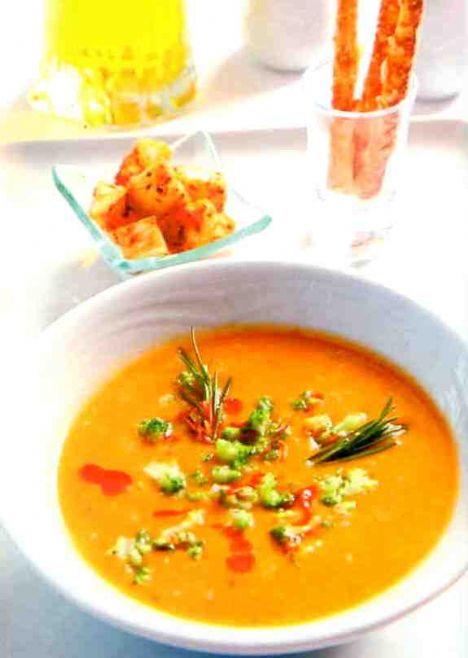 Sebze çorbası  Malzemeler:  1 adet kereviz, 1adet kuru soğan, 1 adet kabak, 1 sap pırasa, 1 adet havuç,  1 diş sarımsak, 1 yemek kaşığı un,  Yatım çay bardağı zeytinyağı, Tuz, karabiber, kimyon, kırmızı pul biber, 1 adet tavuk ya da et bulyon,  Yapılışı:   Sebzeleri yıkayıp soyun. Ardından hepsini ince ince kesip bir tencereye koyun. Üzerine varsa tavuk suyu yoksa su ekleyerek kaynamaya bırakın. Yeteri kadar kaynadıktan sonra bir mutfak robotu yardımıyla sebzeleri iyice ezin. Ayrı bir tencereye yağı koyup unu da ilave edin. Bir miktar kavurduktan sonra hazırlamış olduğunuz sebze karışımını da tencereye ilave edip kaynamaya bırakın. Bir taşım kaynadıktan sonra koyuluğunu kontrol edip tuz ve baharat ilavesiyle servise hazır hale getirin.   Kaynak: Formsante Hazırlayan: Aytaç Özkardaş Gozzi Fotoğraflar: Ozan Kutsal