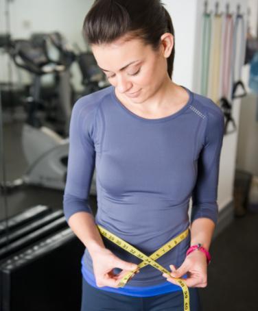 4. Sağlıklı kilo vermeyi sağlar  Egzersiz, sağlıklı gıda seçimleriyle birlikte, kilo vermenin en iyi yoludur. Metabolizmayı harekete geçirir, yakılan kalori miktarını artırır. Yağ yakıcı bir aerobik ve vücut geliştirme çalışması bir arada, kilo vermeye yardımcı olur. Kaslar, yağlara göre 50 kat daha fazla enerji yakar, bu nedenle ne kadar kaslı bir yapıya sahipsek o kadar fazla kalori yakarız.