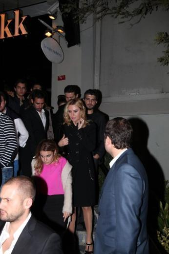 Davut Güloğlu ile evliliğin eşiğinden dönen Ece Erken, önceki gün bir erkek arkadaşıyla Kuruçeşme'deki bir kulüpteydi...