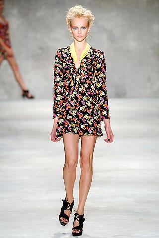 """1 DESENDEN VAZGEÇMEYİN   """"Şirin desenleri değil, cesur ve çarpıcı olanları tercih edin,"""" diyor Lam. """"Favori desenlerimden biri 70'lerin titreşimine sahip tropikal çiçekler. Ama biz bu görüntüyü bozduk ve çiçekleri daha büyük ve parlak hale getirdik. Büyük desenli bir kıyafet giydiğinizde rahat etmenin anahtarı, görüntüyü basit ve düz tutmaktır."""""""