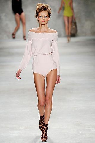 """8 JARSE ELBİSE  """"Bir jarse elbisede en sevdiğim şey, uzun, dar kollar, kayık yaka bir drape ile köprücük kemiklerinin görünmesi. Görüntünüzü daha da sofistike hale getirmek için jarse elbisenizi deri ile kombinleyin. Yumuşak ve mat bir materyal, sert ve parlak olanla başarılı bir kontrast yaratır. Jarse elbise üzerine deri bir yelek giyerek daha keskin bir görünüm oluşturabilirsiniz."""""""