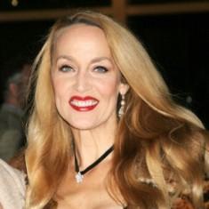 """Jerry Hall Yaşı: 53  Saç modelinin yaşı: 16  Uzman görüşü: """"İnsan 50'sinde de uzun saç kullanabilir, buna bir itirazımız yok. Ancak boyu bundan bir on santimetre daha kısa olsaydı daha hoş olurdu. Dalgalar ve sarı rengin tonu gayet güzel."""